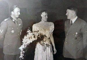 Adolf Hitler (vpravo) na svatbě nacistického velitele Hermanna Fegeleina a Gretly Braunové. Její mladší sestra Eva byla milenkou vůdce.