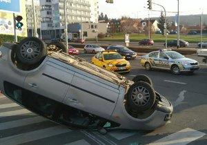 Auto na střeše a dítě v nemocnici: Nehodu ve Švehlově ulici vyšetřují policisté