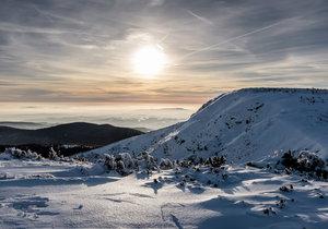 V Krkonoších je lyžování v plném proudu.