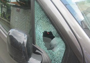 Chodec vypěnil na přechodu v centru Brna: Řidiči rozbil pěstí okénko a utekl