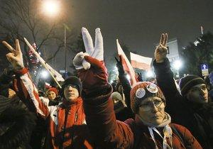 Polsko zasáhly mohutné protivládní protesty.