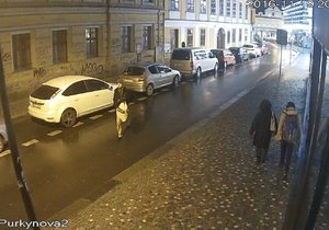 Muž vykrádal automobily v Praze, policie jej našla ve squatu a zatkla. Navíc měl u sebe falešné peníze.