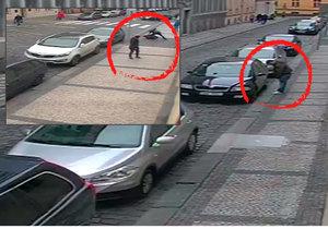 Muž se snažil vykrást auta, policista v civilu ho zpacifikoval.