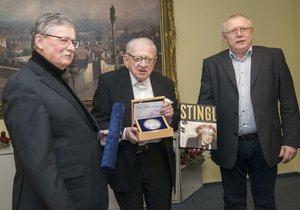 Světoznámý cestovatel a náčelník indiánů Miloslav Stingl (86) získal od Prahy 10 čestné občanství.