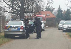 Kriminalisté odhalili v pražských Klánovicích varnu drog, někteří policisté se nadýchali chemikálií.