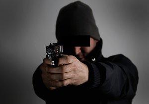 Opil se, běhal s airsoftovou pistolí po Kuřimi a mířil na lidi: Cizince (52) zpacifikovali policisté