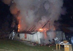 Požár stodoly a domu u Jindřichova Hradce způsobil škodu čtyři mil. Kč.