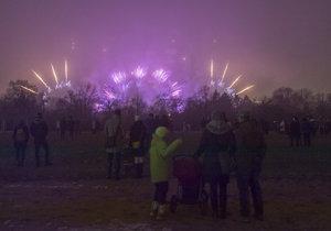 Novoroční ohňostroj netrpělivě vyhlíželi Pražané z různých koutů metropole, za mlhou nebyl moc vidět.