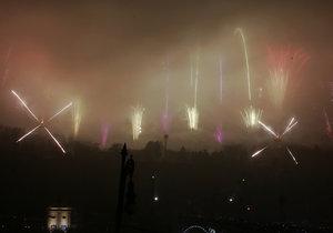 Lidé z novoročního ohňostroje nebyli příliš nadšení, dobré viditelnosti bránila mlha.