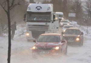 Počasí komplikuje dopravu, na většině Česka přes noc připadl sníh.