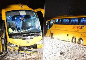 Na Karlovarsku havaroval ve vánici autobus společnosti Student Agency.