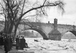 Ledová bariéra rozvodněné Vltavy u Karlova mostu