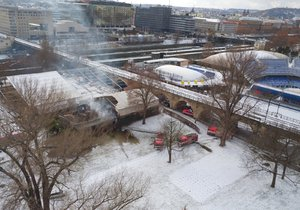 Na ostrově Štvanici začala hořet dílna, hasiči plameny dostali pod kontrolu.