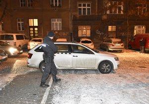 Pražští policisté nalezli v zaparkovaném taxi muže, který nejevil známky života, ihned ho začali resuscitovat.