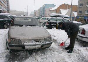 Řidiči, pozor. Za zasněženou SPZ hrozí až rok bez řidičáku.