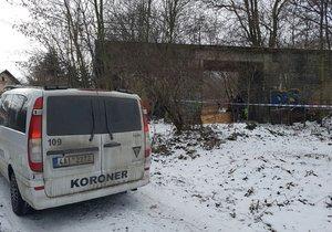 V ulici U Přejezdu v Horních Měcholupech zemřel bezdomovec, pravděpodobně ho zabil mráz.