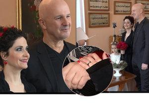 Ondřej Soukup se tajně oženil se svou přítelkyní Lucií Šoralovou.
