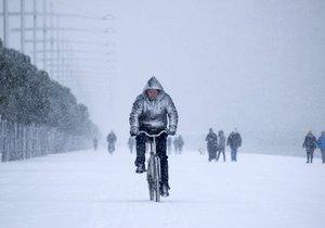 Zachumlaní Češi bojují se zimou.