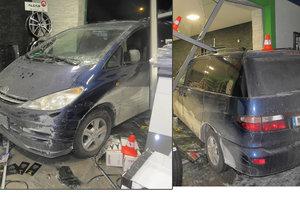 Řidič v Karviné doklouzal až do servisu: Zastavit dokázal až po proražení výlohy.