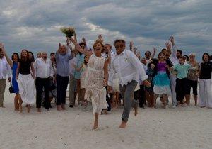 Novomanželé Pavel a Hanka zářili po obřadu štěstím.