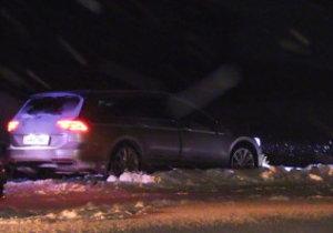 Automobil ujížděl po dálnici až 150kilometrovou rychlostí, a to i když hustě chumelilo. Policisté zadrželi 4 osoby.
