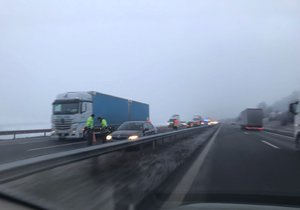 Na dálnici D5 nedaleko Prahy bourala čtyři auta: Tvořily se kolony