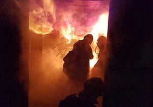 Těžko na cvičišti, lehko na bojišti. Drsný výcvik v ohňových kontejnerech má hasiče připravit na hrozbu tzv. prostorového vzplanutí při skutečném ohni.