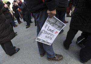 Demonstranti protestovali na Václavském náměstí proti Donaldu Trumpovi.