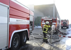 Hasiči likvidovali požár výrobní haly na plasty nedaleko Mostu.