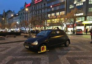 Vozidlo s botičkou stojí již několik dní uprostřed Václavského náměstí.