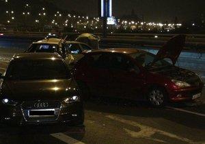 Na Barrandovském mostě bouralo několik aut i autobus DPP.