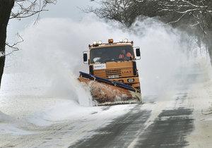 Na české silnice napadla nová vrstva sněhu, řidiči by měli být na cestách opatrní.