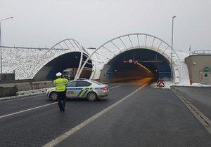 Nehoda kamionu a auta uzavřela Lochkovský tunel.