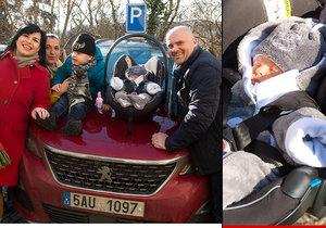 Operní pěvkyně Andrea Kalivodová si domů z porodnice přivedla druhého syna Sebastiana. Přijel pro ni manžel Radek a starší syn Adrian.