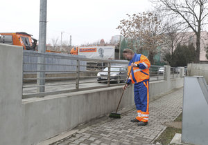 Vězeň DB (40) má na starosti zametání nebo třídění odpadu.