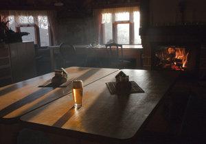 Kuriózní zásah strážníků: Opilec v Řepích zapálil krb v hospodě, zakouřil celý podnik