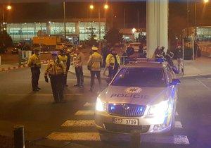 Letiště Václava Havla evakuovali policisté.