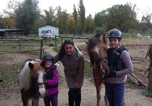 Pony školu založila Monika před 9 lety. Skloubila své dvě lásky – koně a děti.