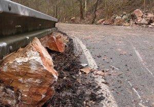 Silnici Na Cikánce zavalily kameny. Zavřou ji až do konce února