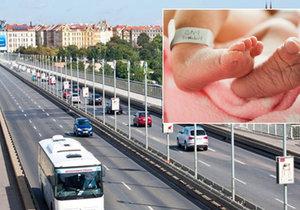 Nezletilá dívka porodila v dálkovém autobuse před stadionem Sparty.