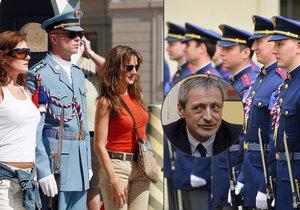Ministerstvo obrany shání vojáky do Hradní stráže. Láká i na množství slečen, které se budou chtít s obránci prezidentského sídla fotit.