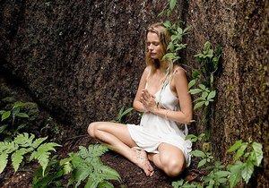 Helena Houdová medituje v pralese.