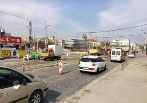Na Hlávkově mostě začali stavět tramvajovou zastávku, na místě je dopravní omezení.