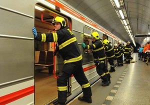 Žena spadla do kolejiště metra. Doprava kolabuje. (Ilustrační foto)
