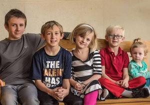 Zleva: Bradley (11), Preston (10), Layla (8), Landon (6) a Olive (2) doufají, že najdou společný domov.