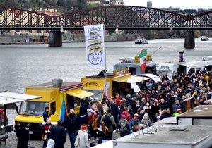 Na náplavku dorazily tisíce lidí na Food truck festival i přes nepřízeň počasí.