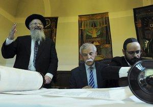 Pražští židé slavnostně přivítali dva nové svitky tóry.