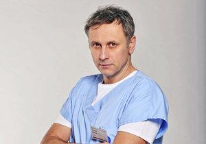 Igor Chmela v roli anesteziologa MUDr. Viktora Žáka v seriálu Modrý kód