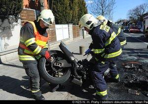 Motocykl začal po střetu s autem v Počernicích hořet: Záchranka odvezla chlapce (7)