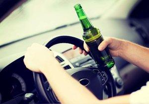 Třiapadesátiletý »řidič« po celonočním popíjení usedl ve čtvrtek ráno za volant felicie a vyrazil na cestu. (Ilustrační foto)